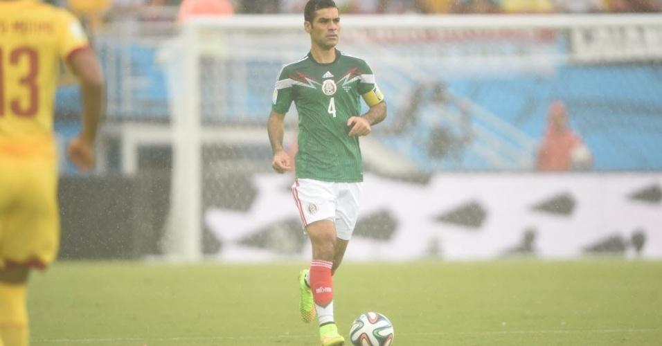 Zagueiro Rafa Márquez carrega a bola na partida entre México e Camarões pela Copa do Mundo