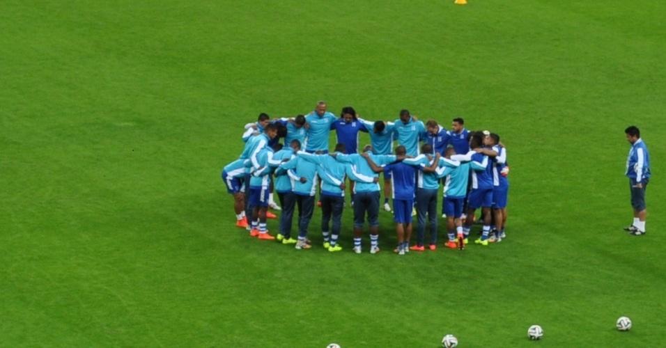 14 jun 2014 - Hondurenhos se reúnem antes de treinamento no Beira-Rio