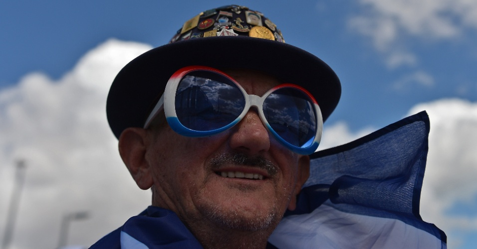 14.06.2014 - Torcedor da Costa Rica usa óculos gigante para torcer por seu país