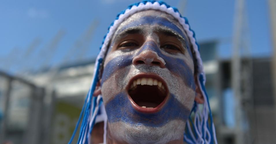 14.06.2014 - Torcedor do Uruguai exagerou na pintura para o jogo de estreia da Copa