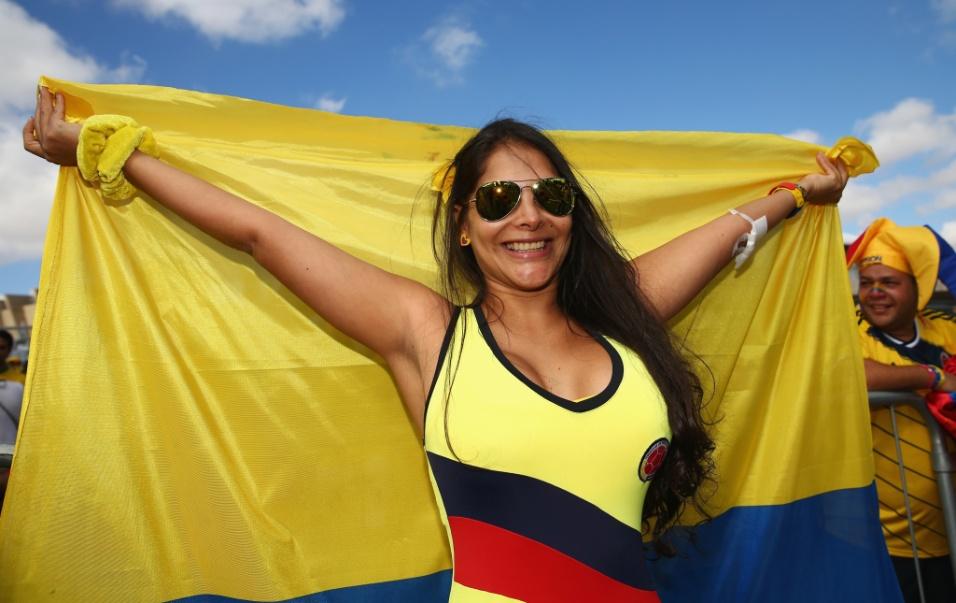 14.06.2014 - Torcedora da Colômbia abre um belo sorriso ao exibir as cores de seu país