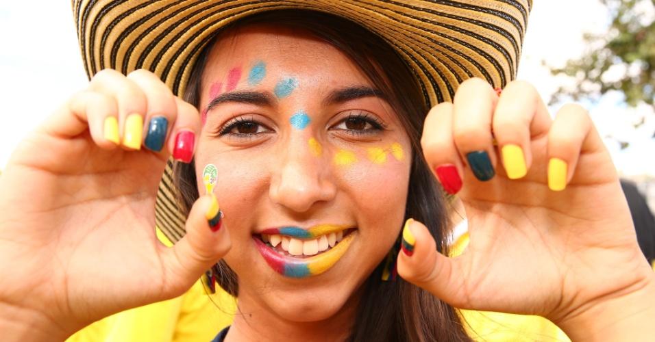 14.06.2014 - Torcedora da Colômbia mostra criatividade ao torcer pelo seu país