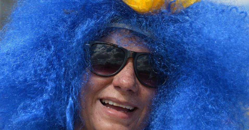 14.06.2014 - Torcedora do Uruguai exagerou na peruca para o jogo de estreia da Copa