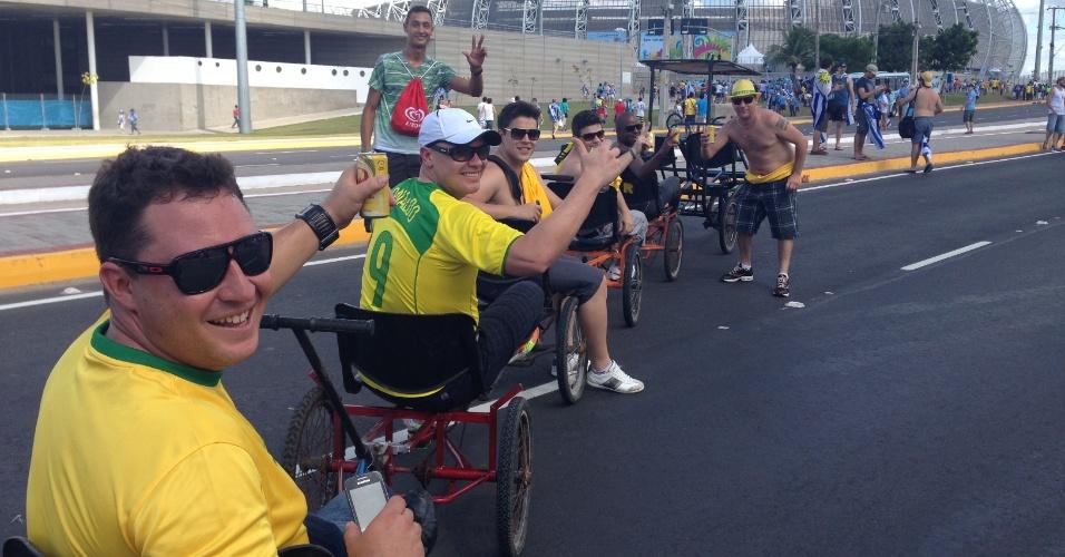 14.06.2014 - Torcedores chegam ao Castelão usando o 'bicicletáxi'