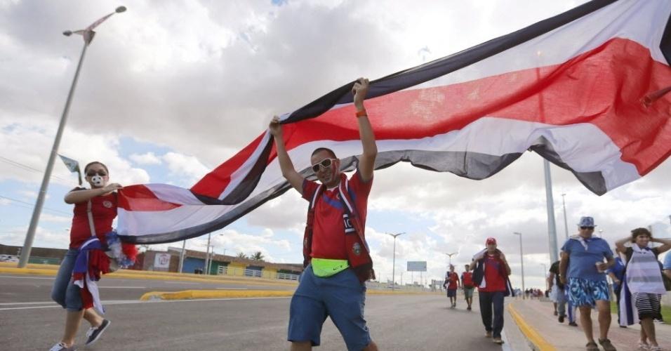 14.06.2014 - Torcedores da Costa Rica exibem orgulhosos a bandeira de seu país