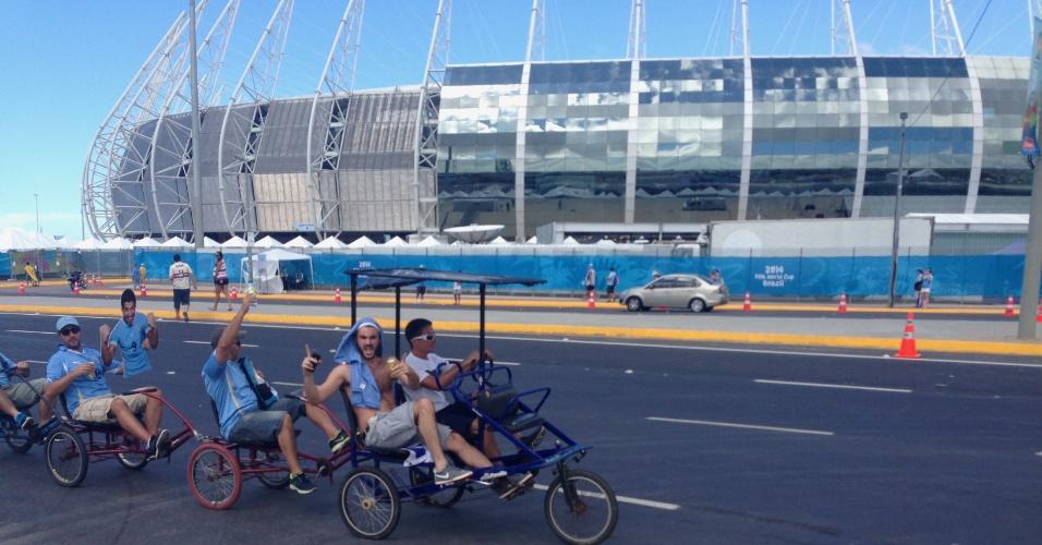 14.06.2014 - Torcedores do Uruguai chegam ao Castelão usando o 'bicicletáxi'