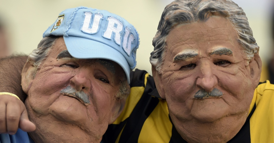 14.06.2014 - Torcedores do Uruguai usam máscara do presidente Jose Mujica