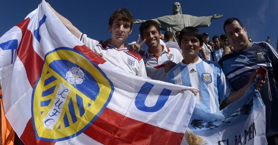 14.jun.2014 - Argentinos deixam rivalidade de lado e posam para foto ao lado de torcedor inglês do Leeds no Cristo Redentor