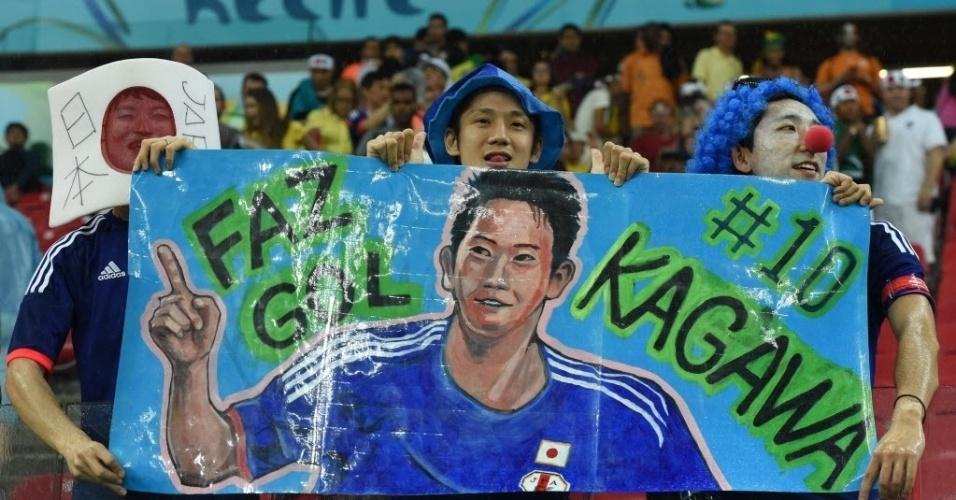 14.jun.2014 - Brasileiros que torcem pelo Japão fazem homenagem a Shinji Kagawa, um dos astros da seleção asiática