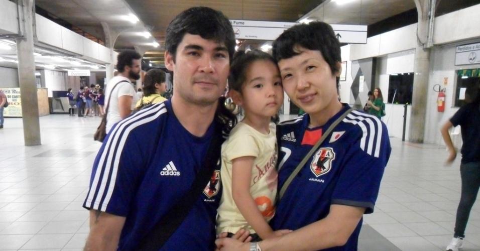 14.jun.2014 - Casal de japoneses veio de Roraima e enfrentou 12 horas de voo para acompanhar Japão x Costa do Marfim