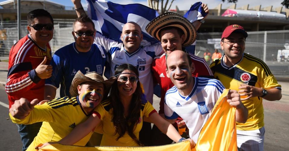 14.jun.2014 - Colombianos e gregos se juntam e fazem festa em frente ao Mineirão horas antes da estreia na Copa do Mundo