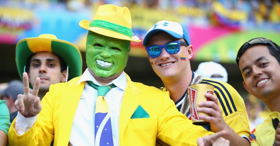 14.jun.2014 - Colombianos se divertem com torcedor fantasiado de Máskara em partida vencida por 3 a 0 pela Colômbia sobre a Grécia