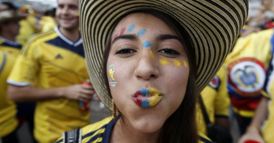 14.jun.2014 - Com rosto pintado, torcedora colombiana chega ao Mineirão para acompanhar estreia contra a Grécia