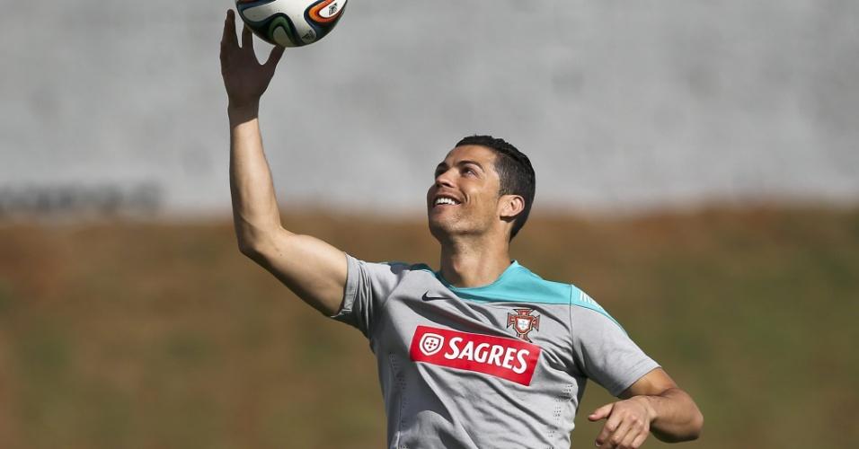 14.jun.2014 - Cristiano Ronaldo sorri e brinca com a bola durante treinamento de Portugal em Campinas, neste sábado