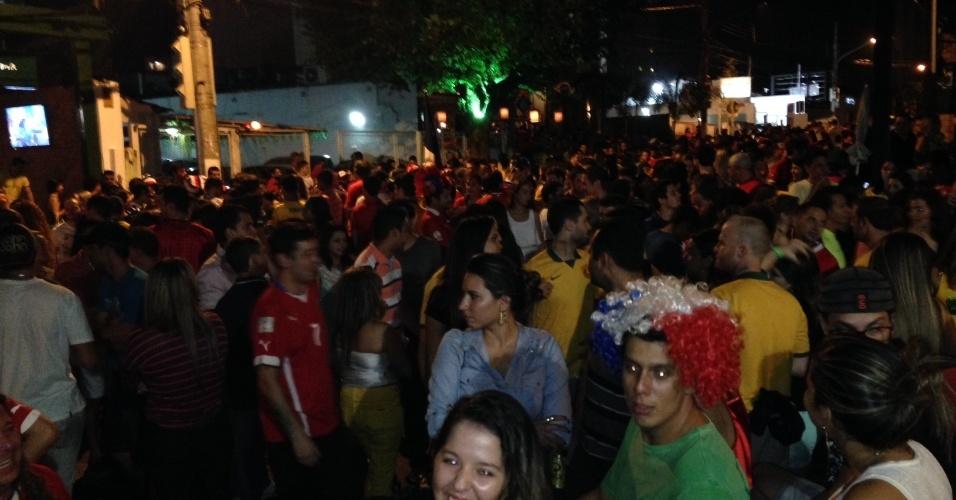 14.jun.2014 - Depois de Chile x Austrália, torcedores fazem festa em praça de Cuiabá