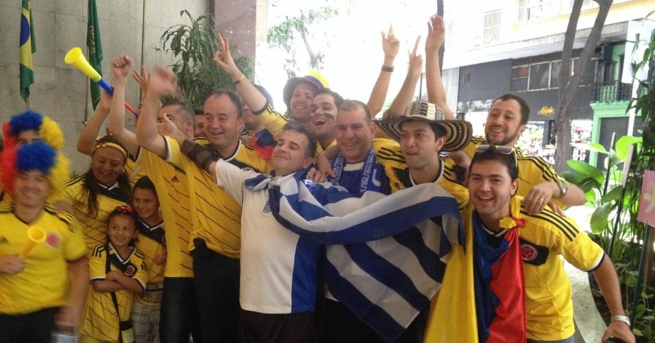 14.jun.2014 - Em grande maioria, torcedores da Colômbia se juntam a gregos em terminal de ônibus para seguir rumo ao Mineirão