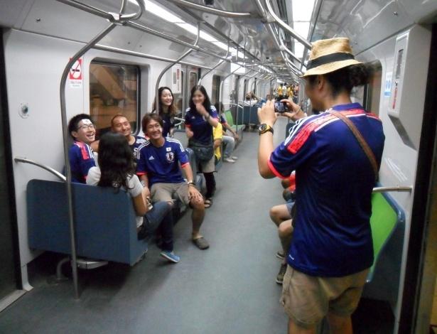 14.jun.2014 - Japoneses se divertem no metrô a caminho da Arena Pernambuco, palco de Japão x Costa do Marfim