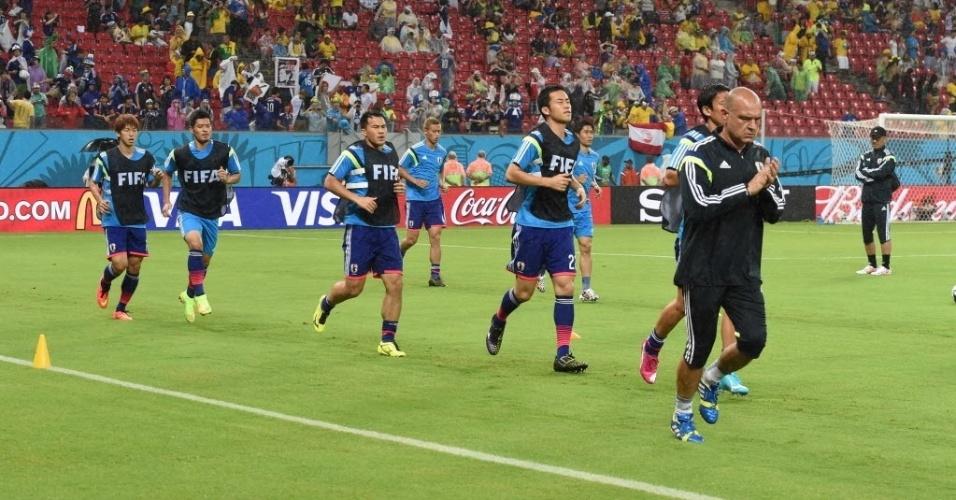 14.jun.2014 - Jogadores japoneses realizam aquecimento antes da partida contra a Costa do Marfim