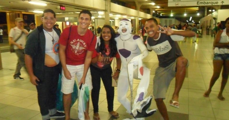 14.jun.2014 - Personagem fantasiado na estação Central do Metrô de Recife diverte torcedores antes do jogo entre Japão e Costa do Marfim