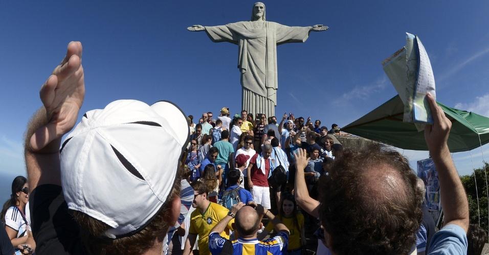 14.jun.2014 - Principal ponto turístico do Rio de Janeiro, o Cristo Redentor fica lotado com a presença de visitantes estrangeiros
