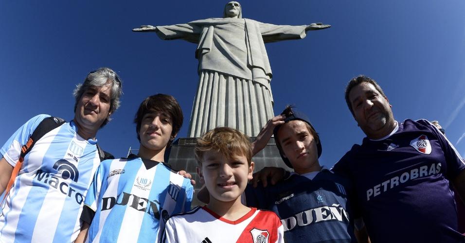 14.jun.2014 - Rivalidade entre argentinos torcedores do Racing e River Plate fica de lado em visita ao Cristo Redentor, no Rio de Janeiro