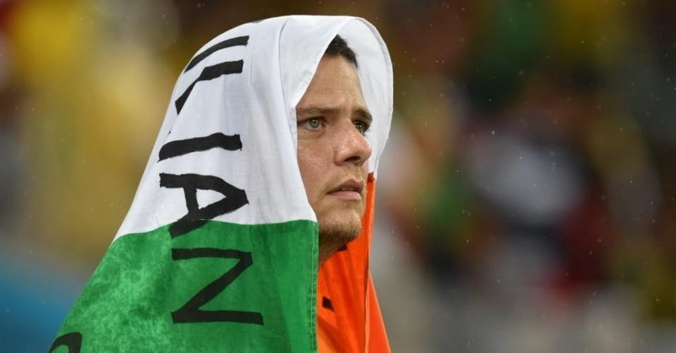 14.jun.2014 - Torcedor coberto pela bandeira da Costa do Marfim aguarda início da partida contra o Japão