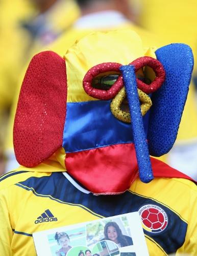 14.jun.2014 - Torcedor colombiano usa máscara esquisita de elefante com as cores do país em duelo contra a Grécia, em Belo Horizonte