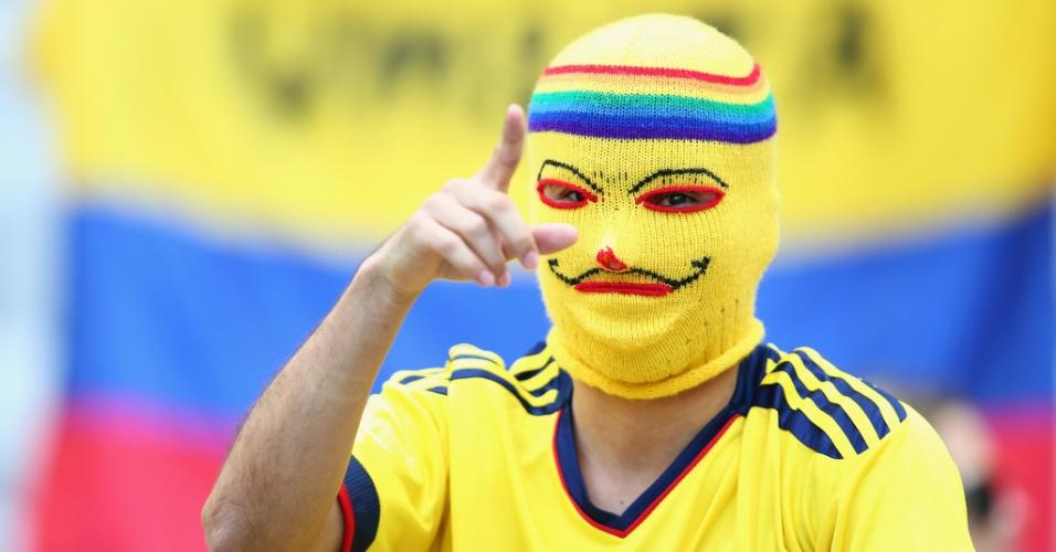 14.jun.2014 - Torcedor colombiano usa máscara típica de países latinos durante estreia da seleção de seu país contra a Grécia, no Mineirão