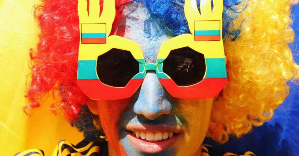 14.jun.2014 - Torcedor colombiano usa peruca, óculos e ainda se pinta para torcer pela seleção nacional contra a Grécia, no Mineirão