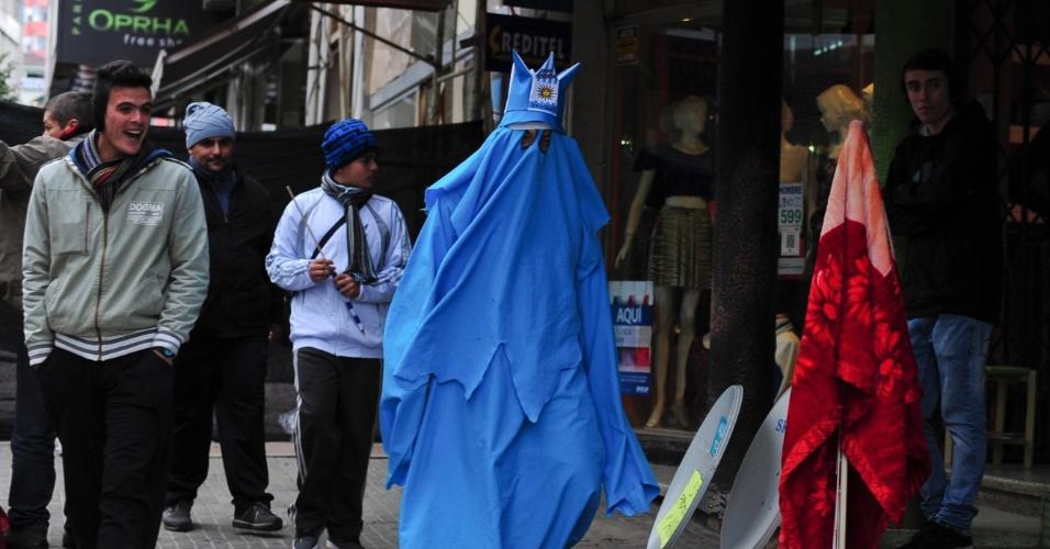 14.jun.2014 - Torcedor fantasiado de Fantasma de 50 é atração nas ruas de Rivera