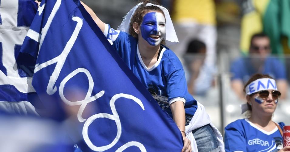 Torcedora grega comparece ao Mineirão para empurrar sua seleção contra a Colômbia