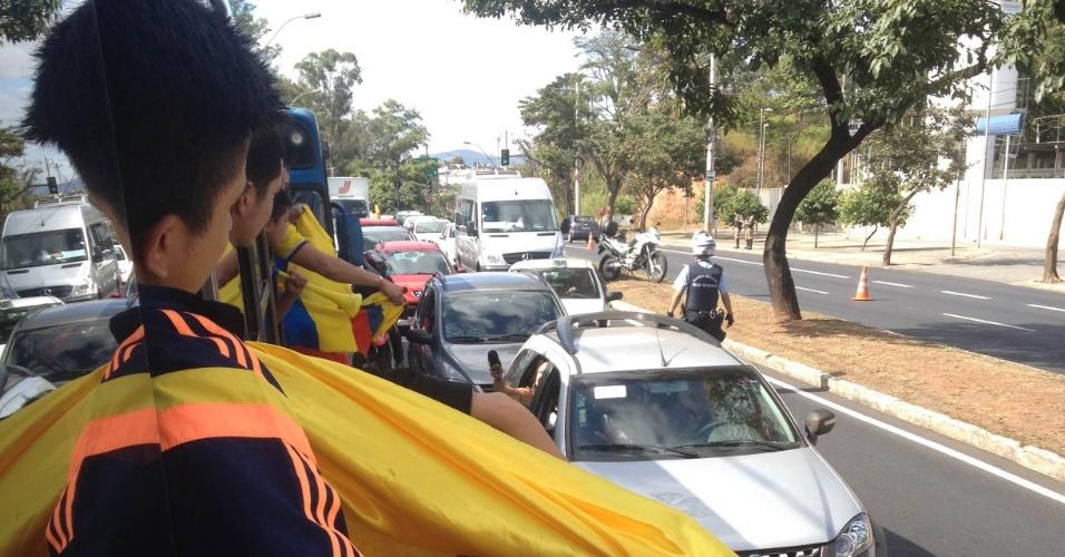 14.jun.2014 - Torcedores colombianos seguem de ônibus para o Mineirão, local da partida de estreia na Copa contra a Grécia