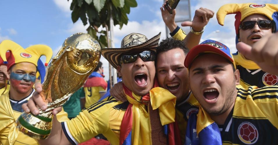 14.jun.2014 - Torcedores da Colômbia fazem festa nas cercanias do Mineirão horas antes da estreia na Copa