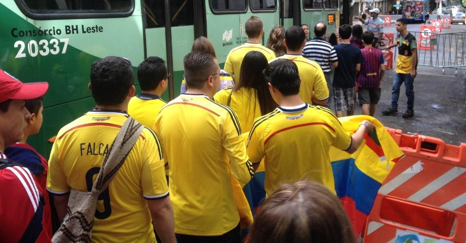14.jun.2014 - Torcedores da Colômbia se reúnem em terminal de ônibus para seguir rumo ao Mineirão