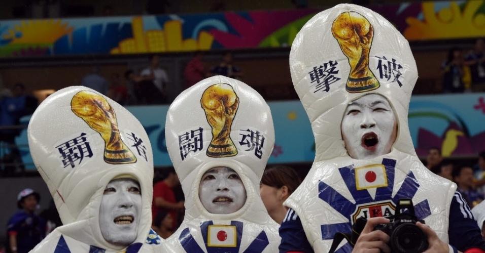 14.jun.2014 - Torcedores do Japão se divertem antes do início do jogo com a Costa do Marfim