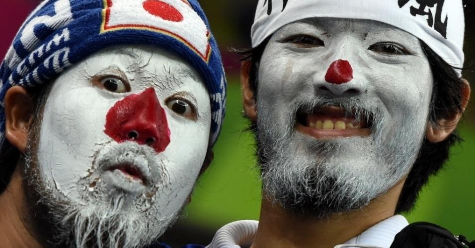 14.jun.2014 - Torcedores pintados com as cores do Japão aguardam o início do jogo contra a Costa do Marfim