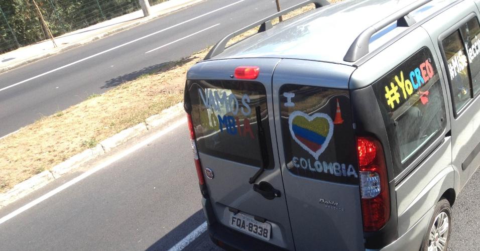 14.jun.2014 - Torcida colombiana parte para o Mineirão para a estreia na Copa do Mundo contra a Grécia