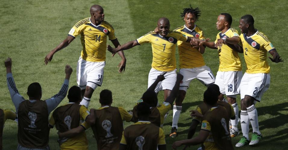 Após gol pela Colômbia contra a Grécia, Armero comemora com companheiros de seleção