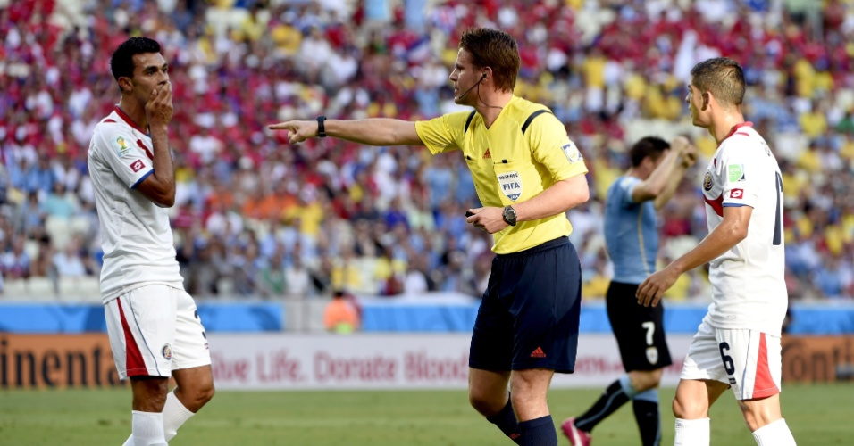 Árbitro Felix Brych marca pênalti a favor do Uruguai contra a Costa Rica, no Castelão
