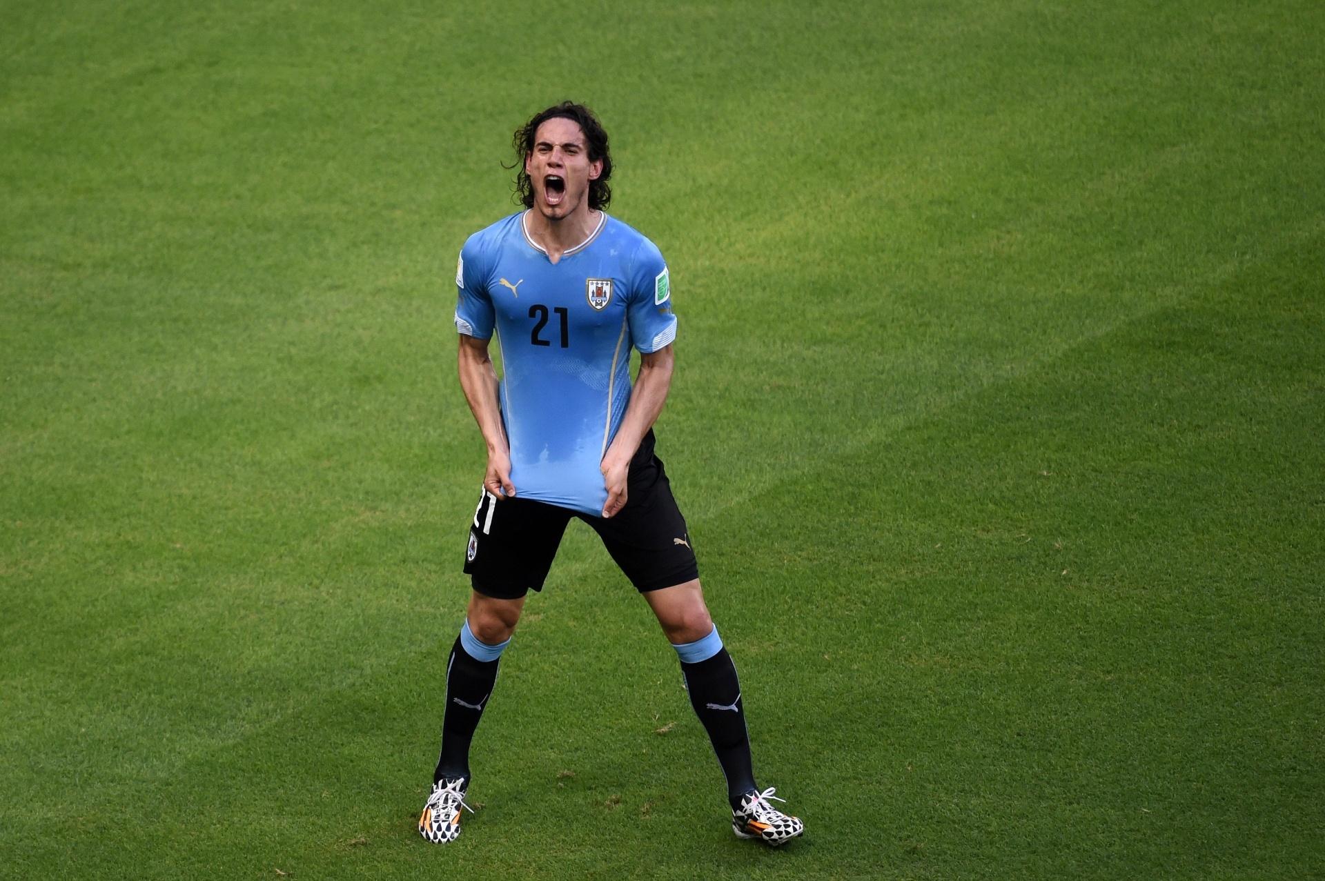 Atacante Cavani mostra a tradicional garra uruguaia após abrir o placar contra Costa Rica