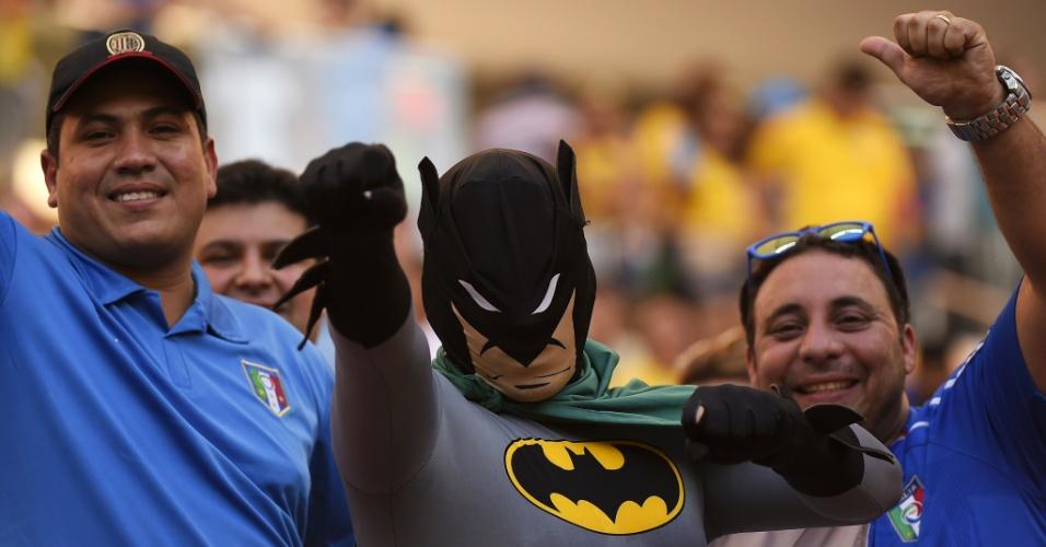 Até o Batman foi à Arena Amazônia assistir à partida entre Inglaterra e Itália