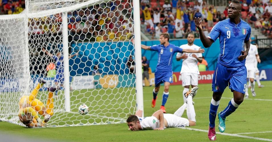 Balotelli comemora o segundo gol da Itália contra a Inglaterra