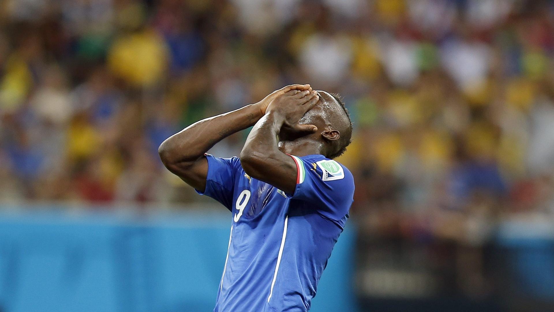 Balotelli lamenta oportunidade desperdiçada na partida da Itália contra a Inglaterra, na Arena Amazônia