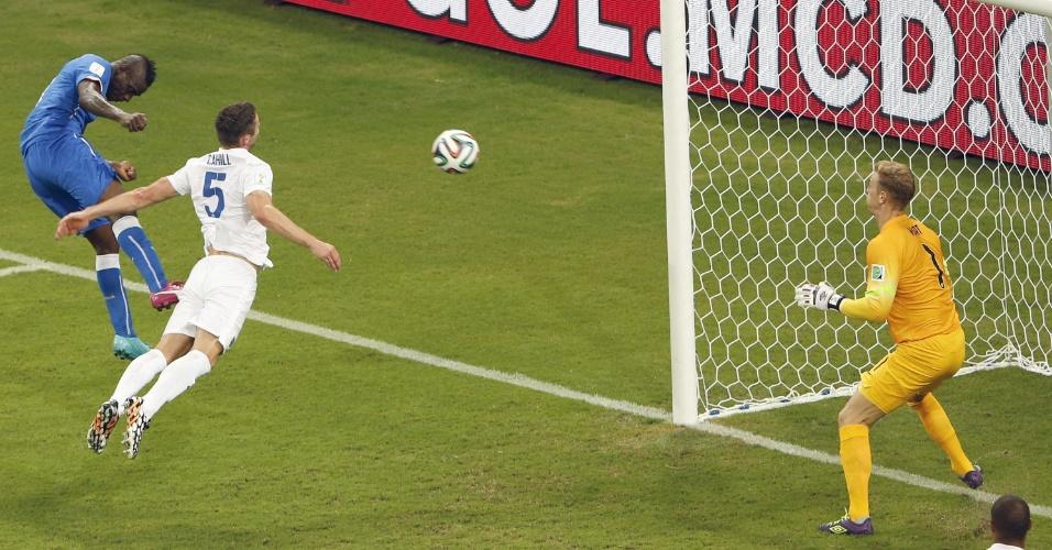 Balotelli marca o segundo da Itália e desempata a partida contra a Inglaterra na Arena Amazônia