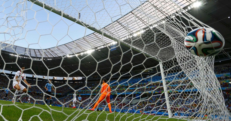 Bola estufa a rede após chute forte do costarriquenho Campbell, no jogo em que o Uruguai foi derrotado por 3 a 1