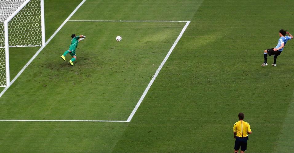 Cavani cobra o pênalti sofrido por Lugano e marca o gol uruguaio na derrota para a Costa Rica