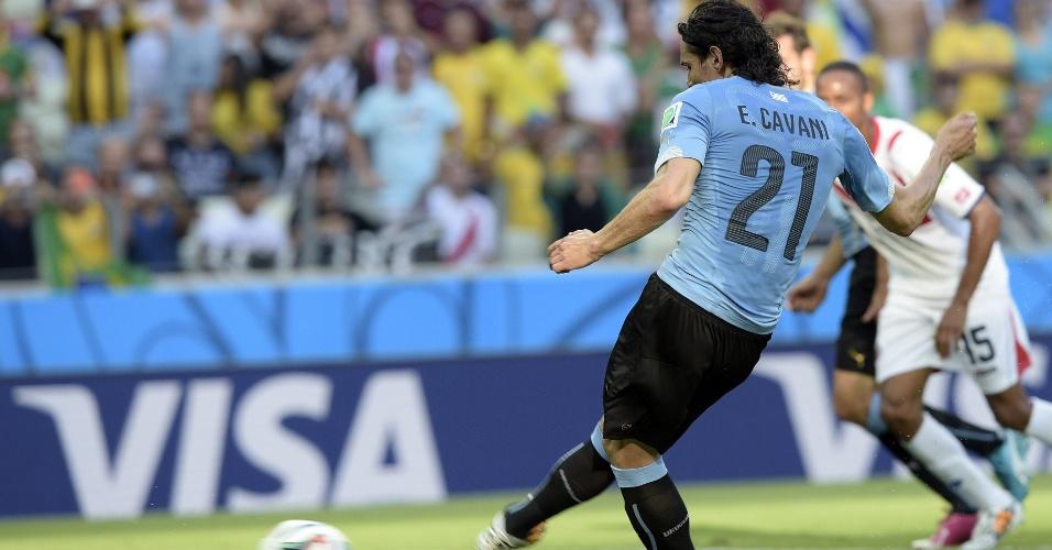 Cavani cobra pênalti no canto e abre o placar para o Uruguai contra a Costa Rica, no Castelão