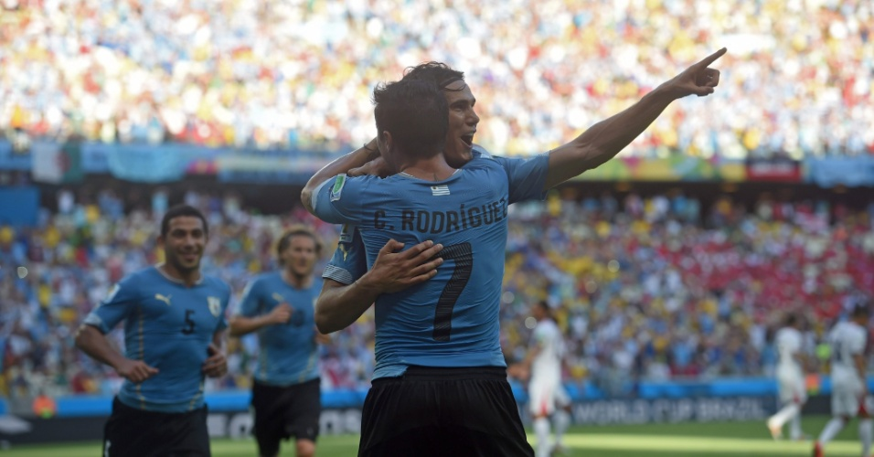 Cavani comemora com Cristian Rodriguez depois de o Uruguai sair na frente do placar contra a Costa Rica