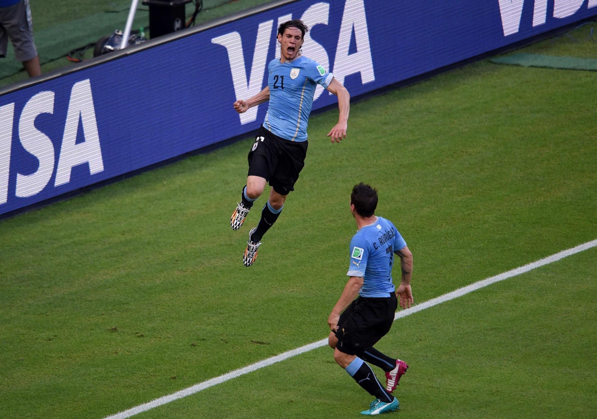 Cavani soca o ar após marcar, de pênalti, o primeiro do Uruguai contra a Costa Rica, no Castelão