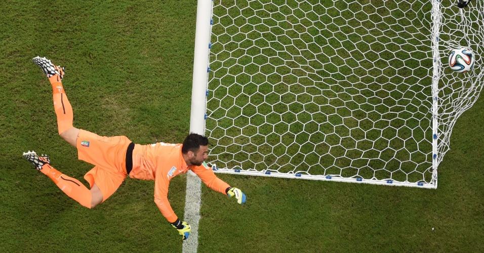 Chute de Sterling passa muito perto e engana até a transmissão da Fifa, que deu um gol para os ingleses